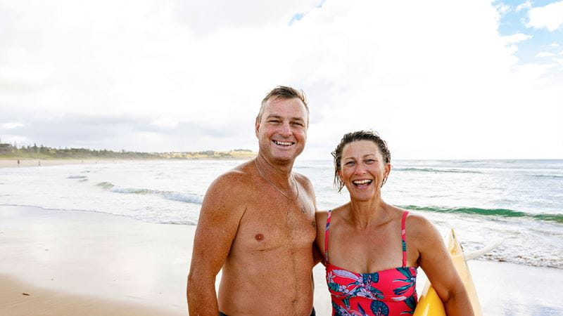 Retired couple on holiday smiling - BUSSQ Super